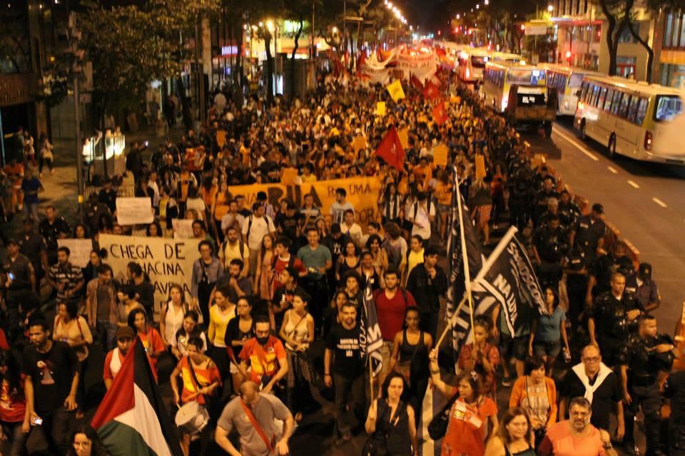 Mais de 2 mil pessoas marcham nas ruas do Rio de Janeiro em defesa da educação pública