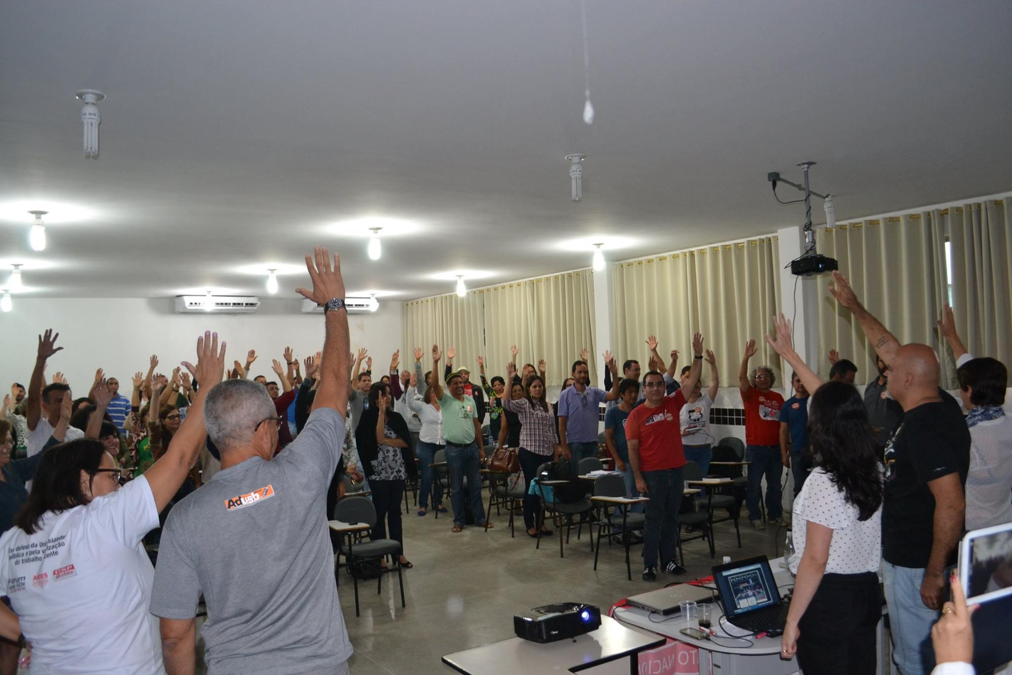 Assembleia mantém greve na UESB e reivindica ajustes na minuta de acordo