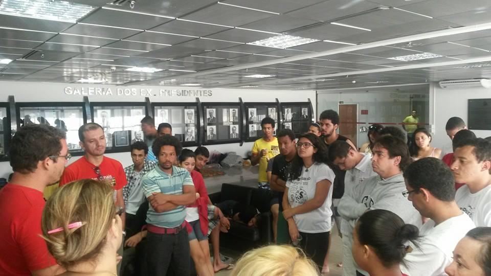 Docentes, estudantes e técnicos ocupam a Assembleia Legislativa