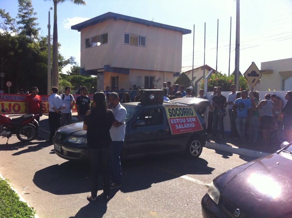 Terceirizados bloqueiam os portões da Uesb para denunciar atraso no pagamento de salários