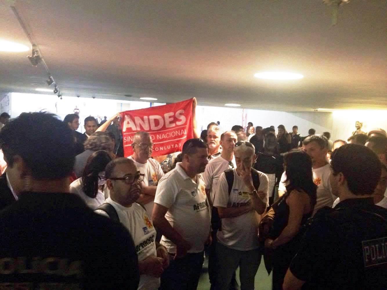 PLP 257: Servidores são barrados na Câmara dos Deputados