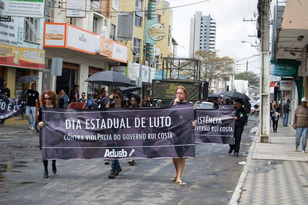 Professores em luto ocupam as ruas de Conquista e denunciam violência do governo