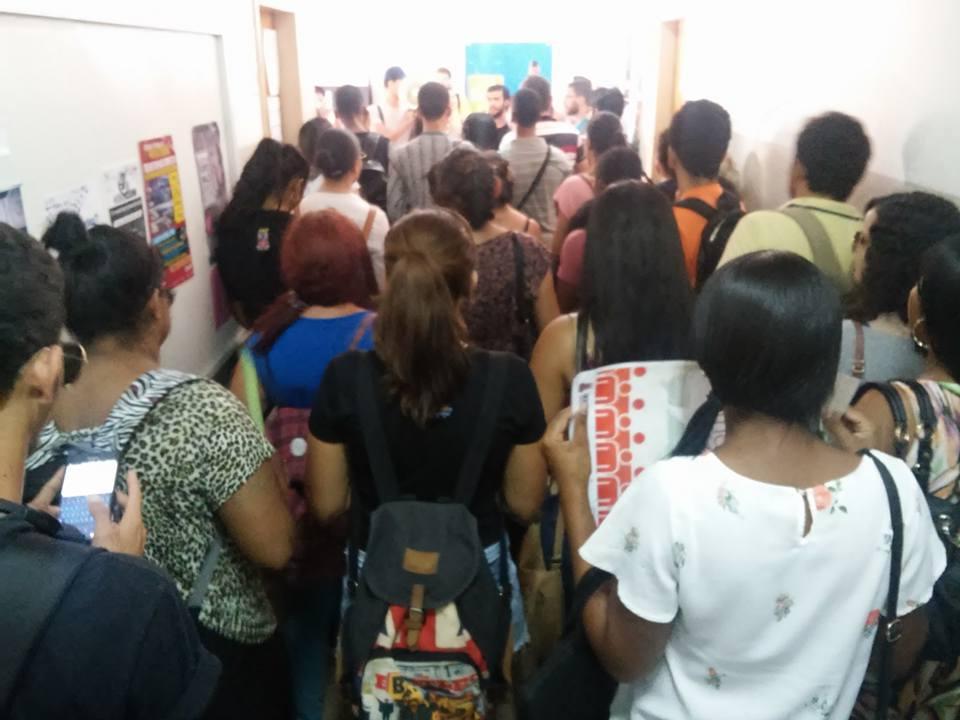 Estudantes de Jornalismo fazem ato na Reitoria e reivindicam suspensão de demissões