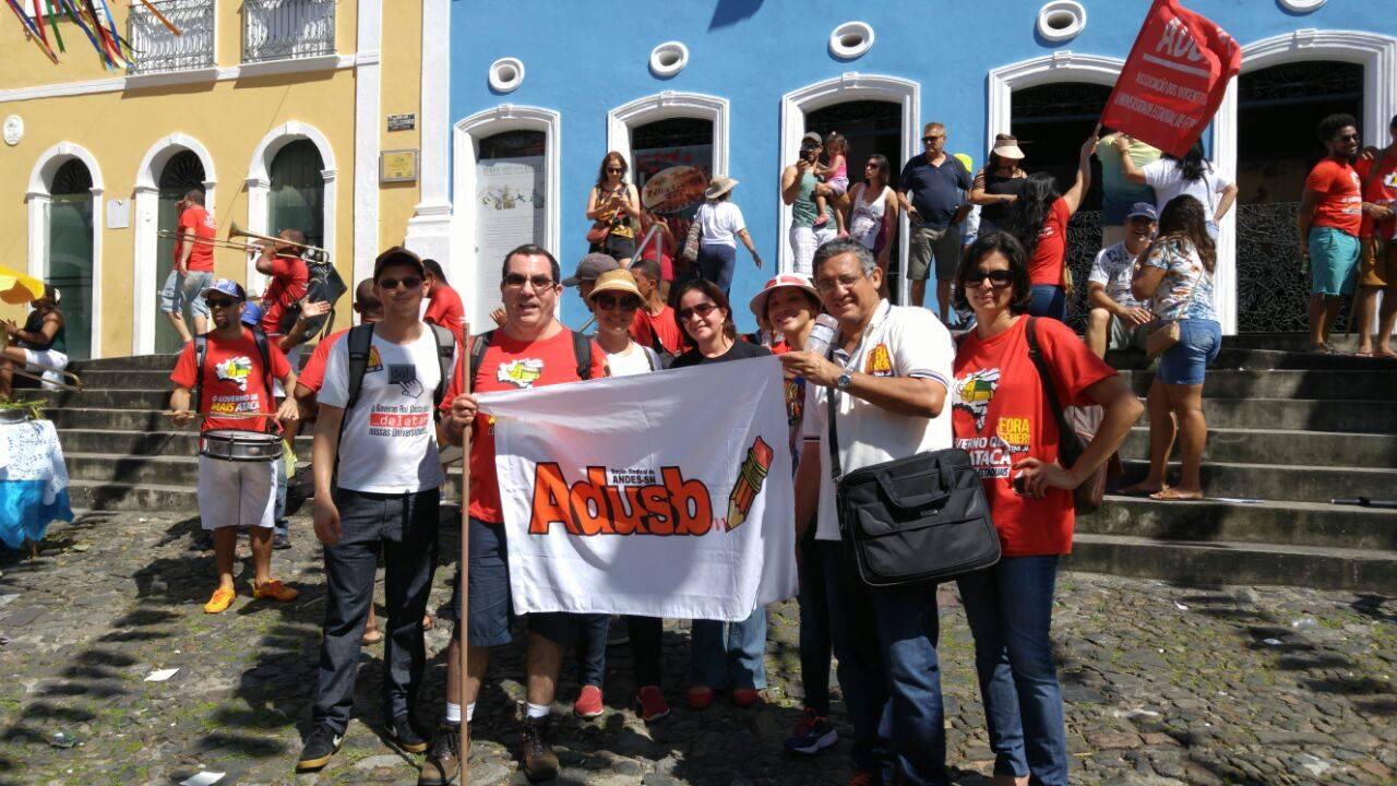 Docentes denunciam ataque à educação durante Cortejo em Salvador