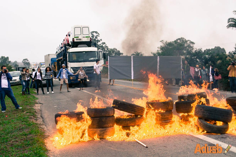 Professores em greve param a Bahia para denunciar o descaso do governo Rui Costa e cobrar solução