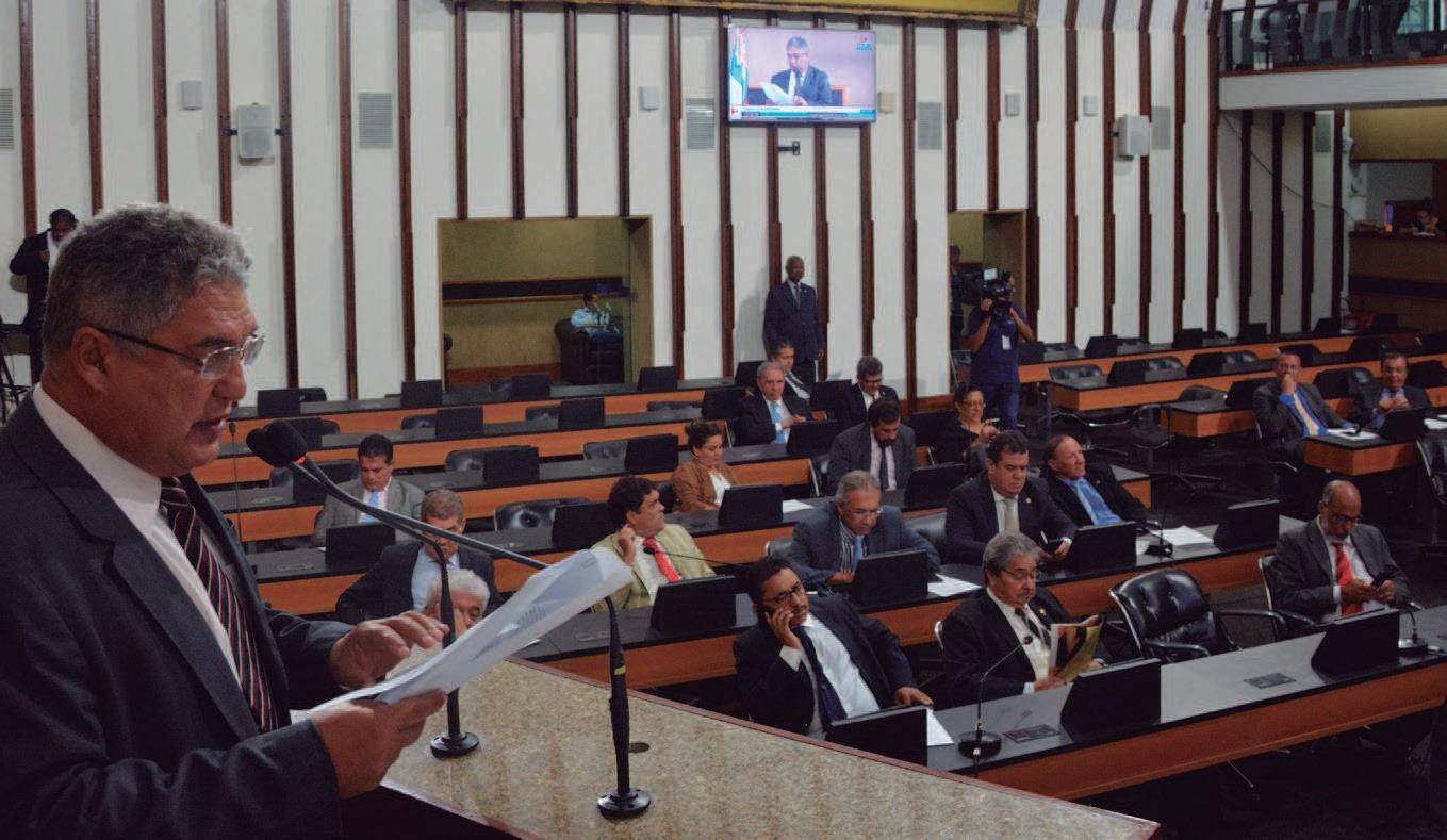 Deputados aprovam extinção de gratificação de professores em projeto polêmico