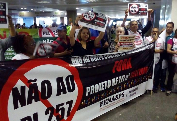 PLP 257: Servidores Federais recepcionam parlamentares no aeroporto de Brasília