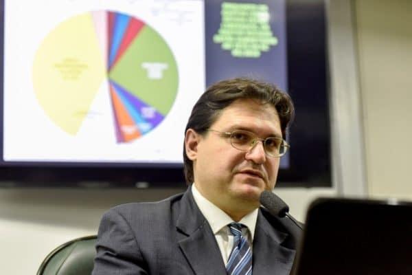 Economista da Auditoria Cidadã revela como Dívida Pública mantém o Brasil um país dependente