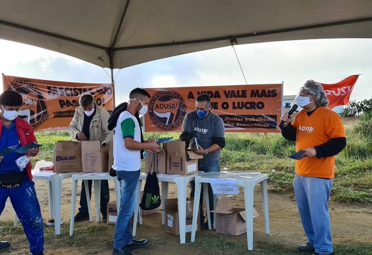 A Solidariedade Resiste: Adusb doa kits de higiene aos operários da DASS