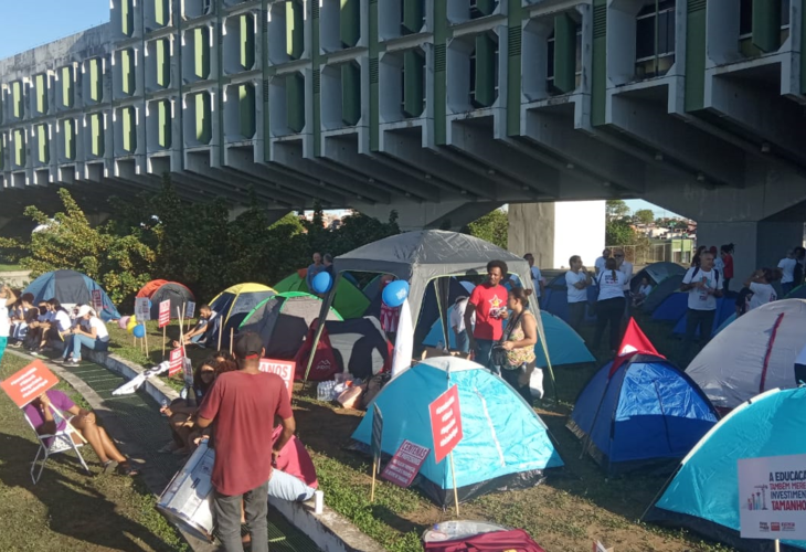 Movimento grevista inicia acampamento na Secretaria de Educação da Bahia