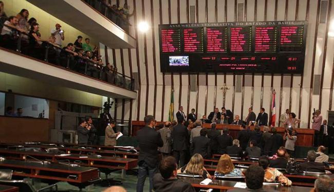 """O """"pacote de maldades"""" de Rui Costa foi aprovado pelos deputados subservientes da base governista"""