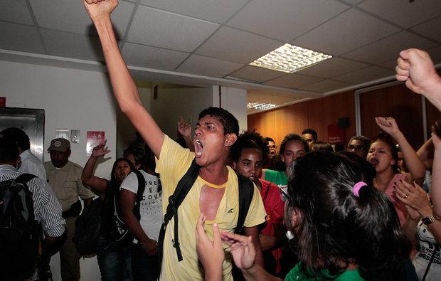 Governo aplica golpe e aprova programa de permanência estudantil com repressão policial
