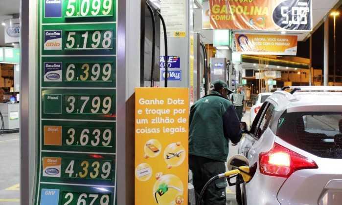 É preciso mudar política de reajustes da Petrobras e barrar privatização