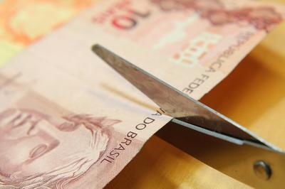 MP do arrocho e desemprego: Bolsonaro autoriza corte de até 70% nos salários e suspensão de contratos