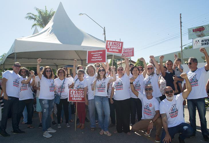 Movimento Grevista fecha os portões da UESB em protesto ao anúncio de corte de salários