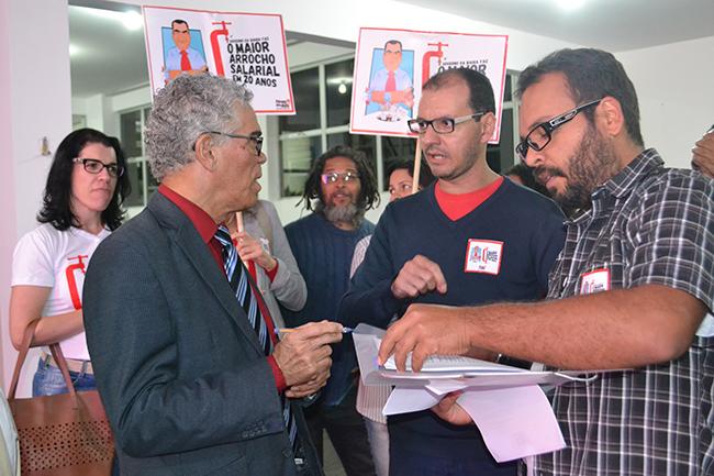 Professores cobram reunião com o governo durante cerimônia de posse da reitoria da Uesb