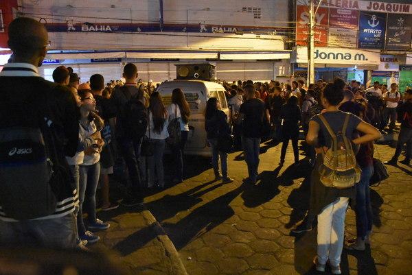 Estudantes fecham terminal e convocam população para novas manifestações
