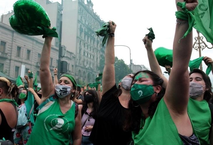 Em decisão histórica, deputados argentinos aprovam legalização do aborto. Texto segue para o Senado