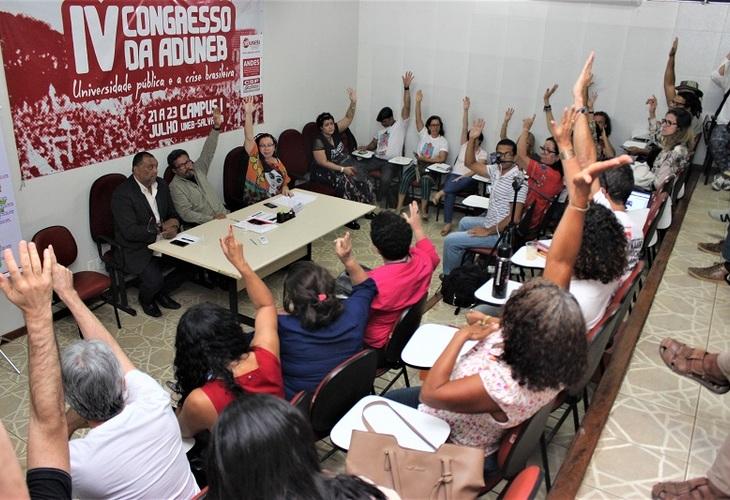 Com a pressão do movimento docente, governo da Bahia recua no corte de salários