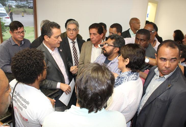 Professores fazem intervenção em cerimônia e cobram do governador Rui Costa soluções