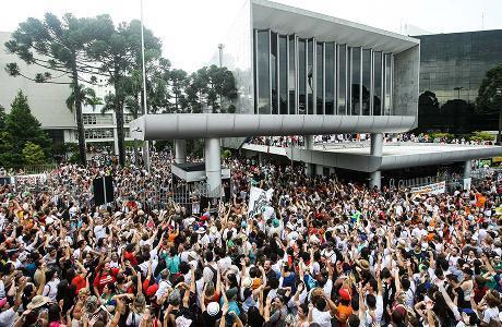 Após pressão dos servidores do Paraná, governo retira da pauta votação de pacotaço