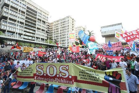 Centenas de docentes participam do Dia Nacional em Defesa da Educação Pública