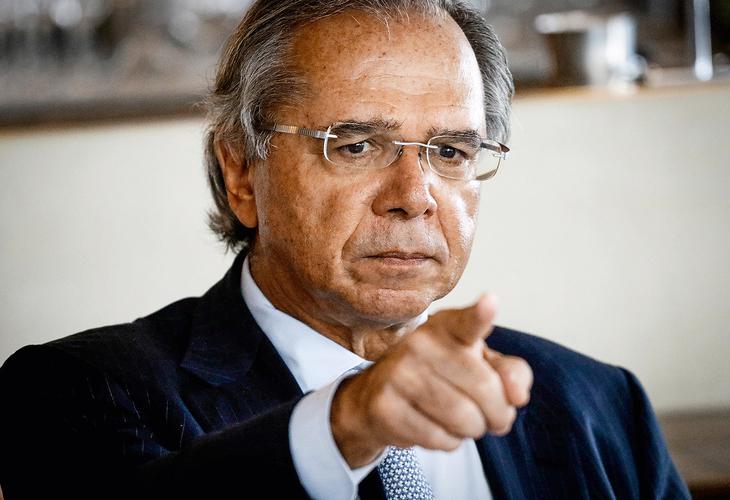 Guedes quer retomar Carteira Verde e Amarela com pagamento de salário por hora trabalhada e não mensal