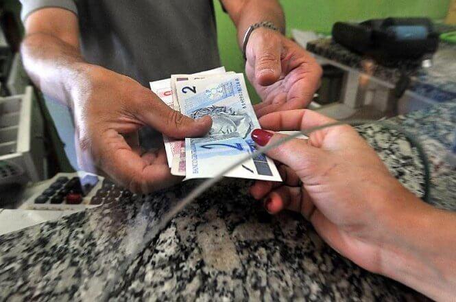 Número de trabalhadores que vivem com um salário mínimo cresce e chega a 27,3 milhões