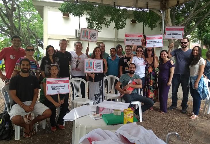 Professores da Uesb suspendem atividades e protestam contra o governo Rui Costa