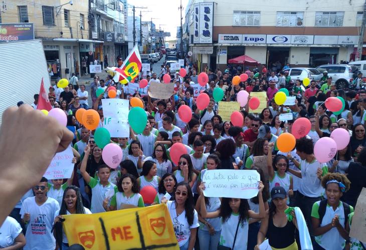 Greve Nacional da Educação leva para as ruas a indignação do povo baiano