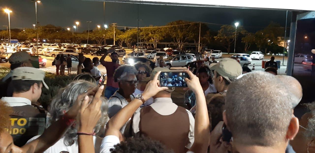 Polícia usa truculência para impedir manifestantes de se abrigarem da chuva na Secretaria de Ciência e Tecnologia