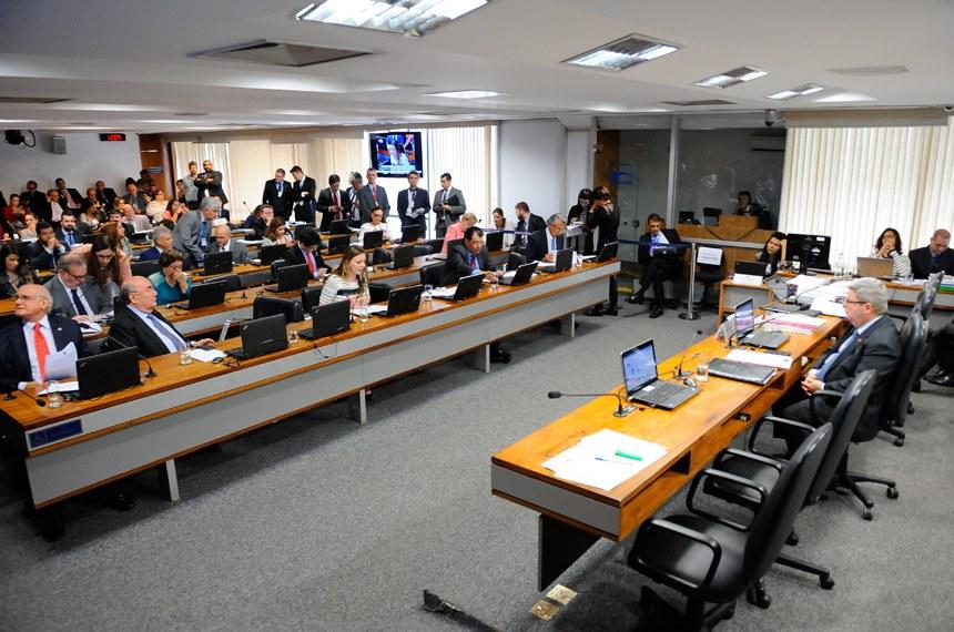 Grave ataque: Comissão do Senado aprova projeto para demitir servidores públicos