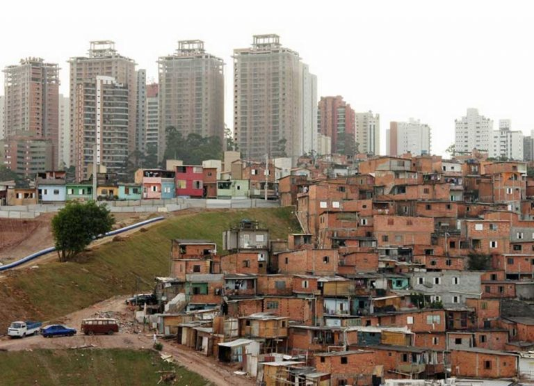 Brasil cai em ranking de IDH e os motivos são a desigualdade social e educação estagnada