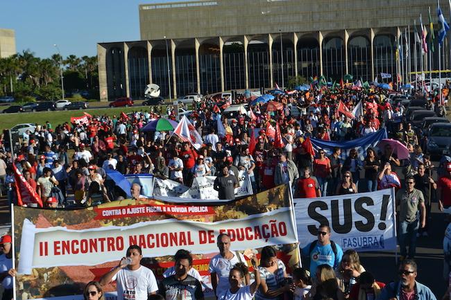 Marcha em Brasília reúne 3 mil pessoas contra a retirada de direitos e pela educação pública