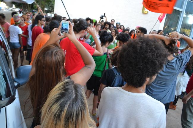 Polícia prende manifestantes durante a Marcha em Brasília
