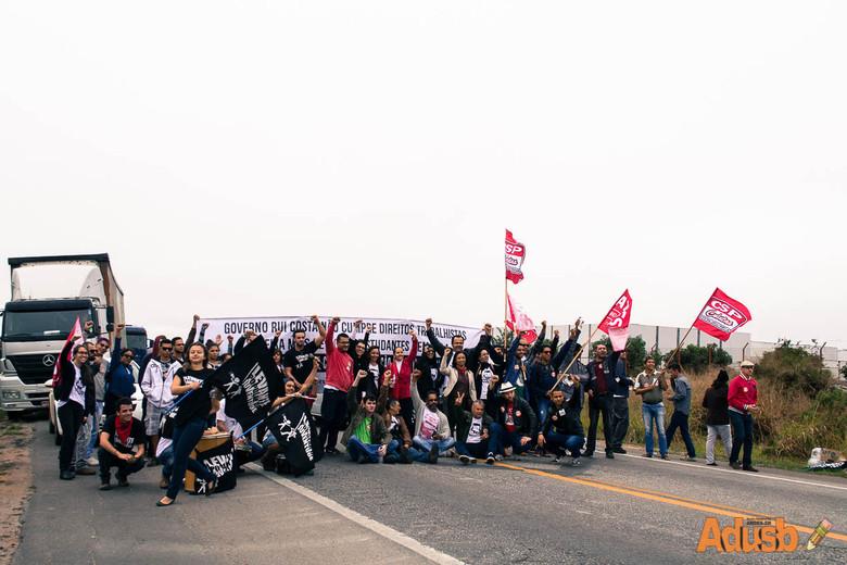 Movimento grevista fecha rodovias em toda Bahia e pressiona governador em cerimônia