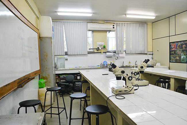 Falta de materiais em laboratórios compromete atividades do curso de Biologia na Uesb