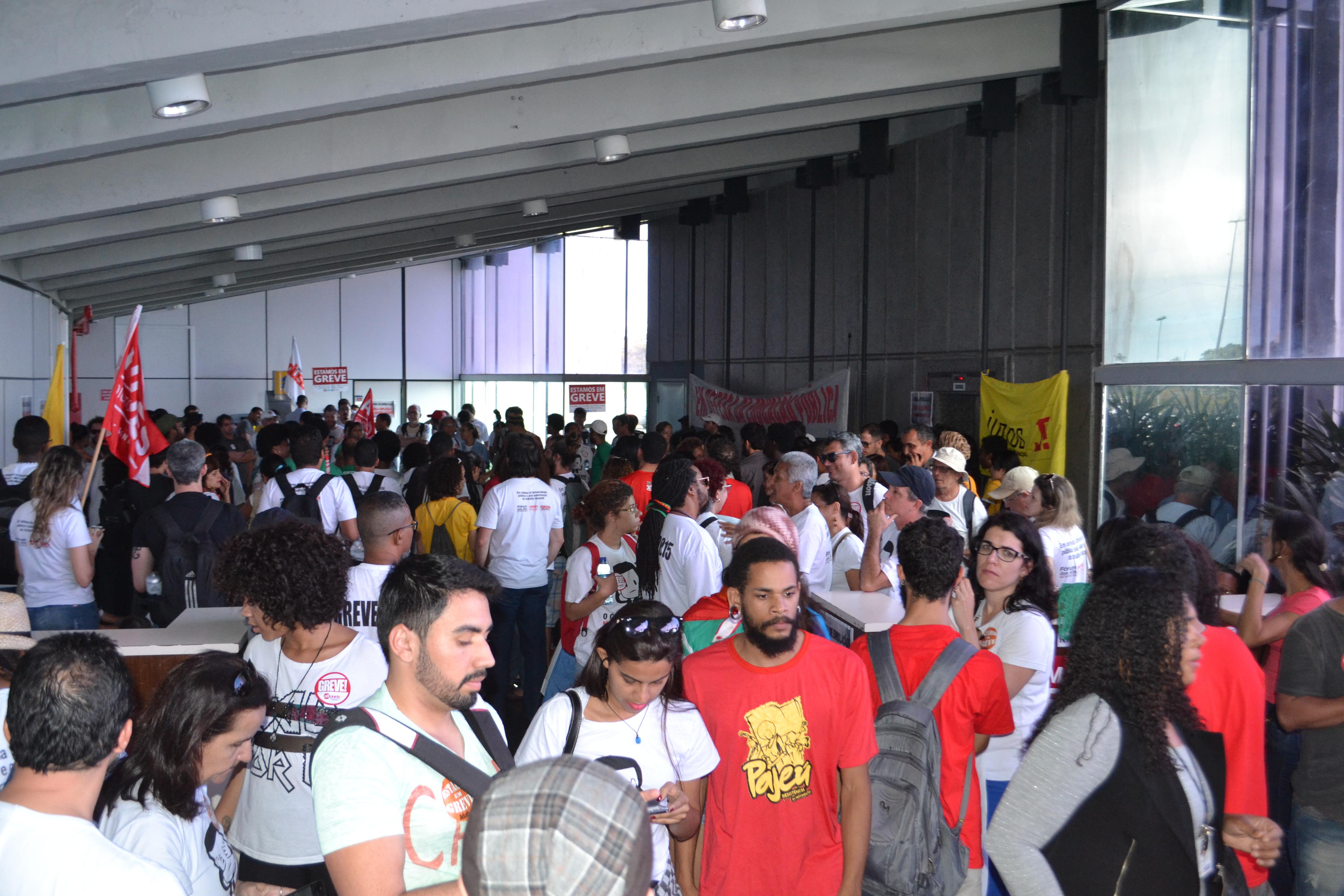 Professores em greve ocupam por tempo indeterminado a Secretaria de Educação e cobram solução do governador Rui Costa