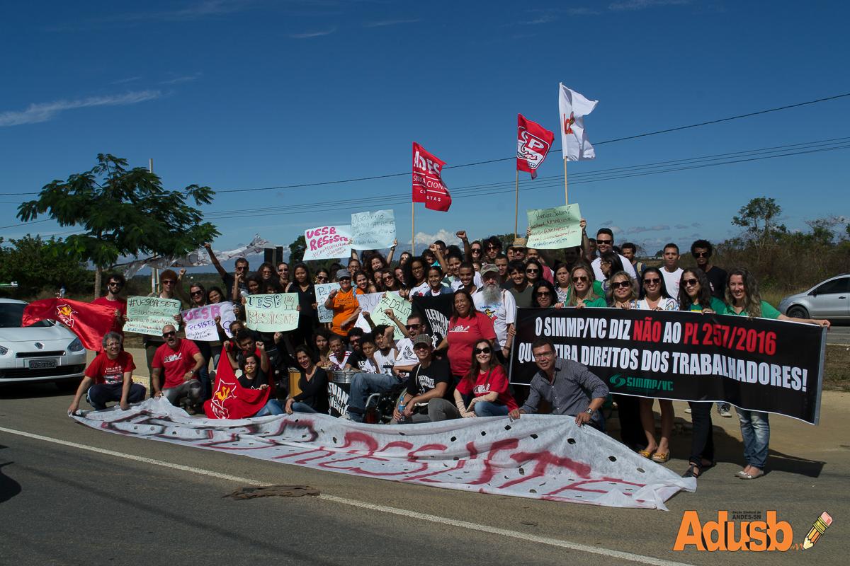 Uesb Resiste fecha acesso da Av. Olívia Flores e denuncia cortes do governo Rui Costa
