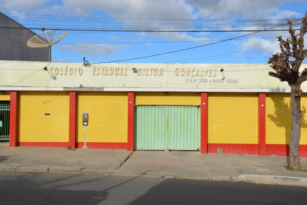 População protesta na quarta-feira (29) contra o fechamento do Colégio Nilton Gonçalves