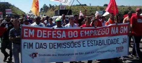 Ato Contra as Demissões e em Defesa do Emprego na GM ocupa a Via Dutra com cerca de 2 mil pessoas