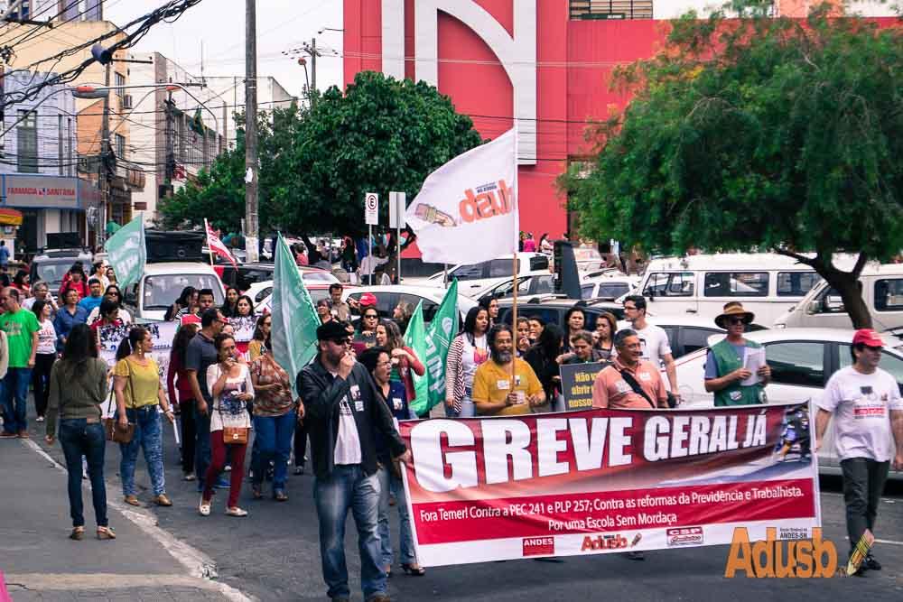 GREVE GERAL: trabalhadores de todo o país foram às ruas na quinta-feira (22)