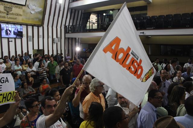 Servidores ocupam plenário da Alba e adiam votação do aumento da previdência