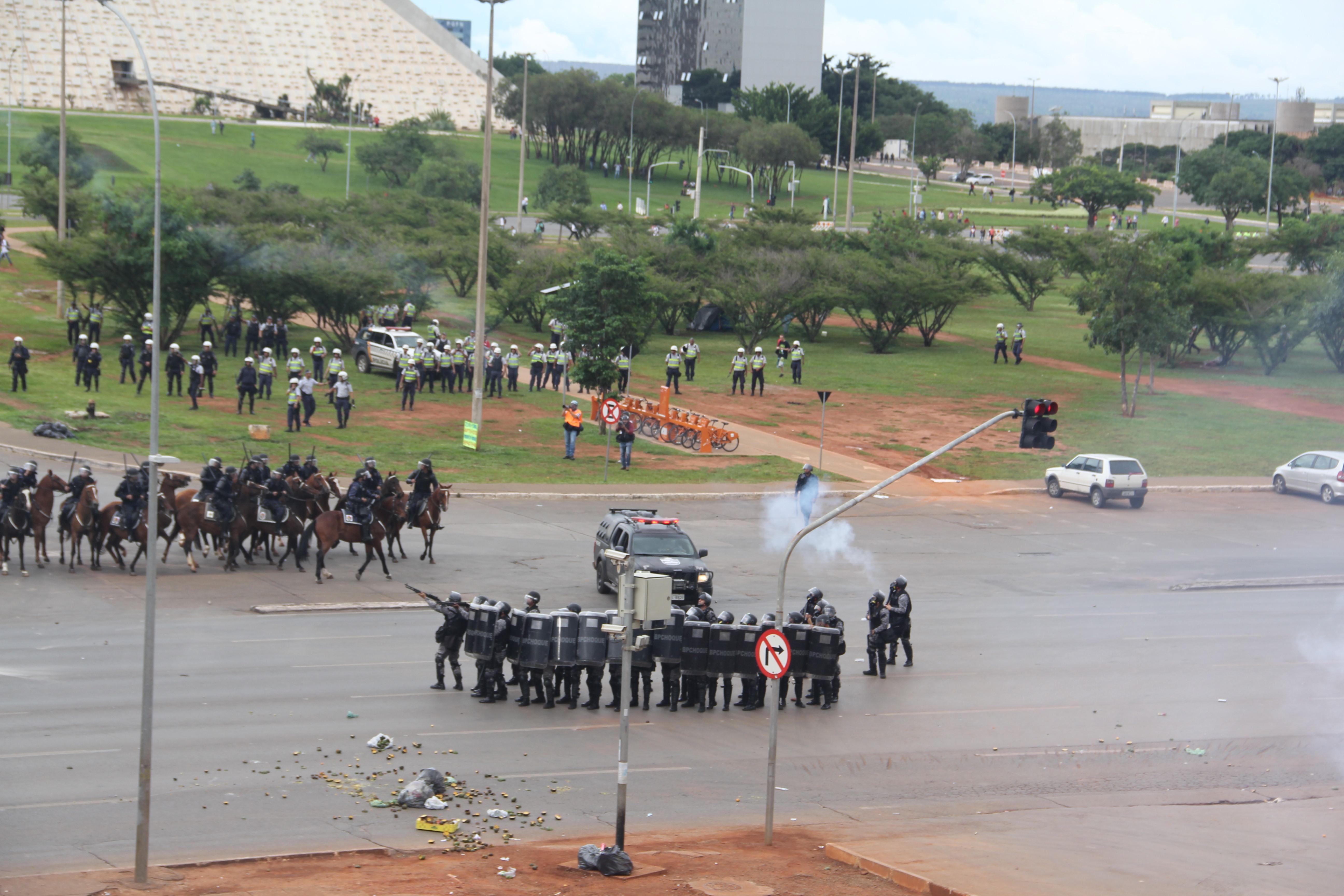 População resiste e PEC 55 é aprovada com forte repressão policial