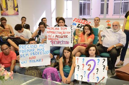 Movimento ocupa reitoria da Uece e cobra concurso para docentes nos campi do interior