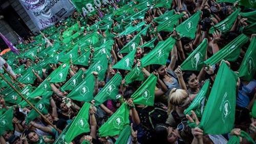 Mulheres têm vitória histórica na Argentina com aprovação do direito ao aborto na Câmara