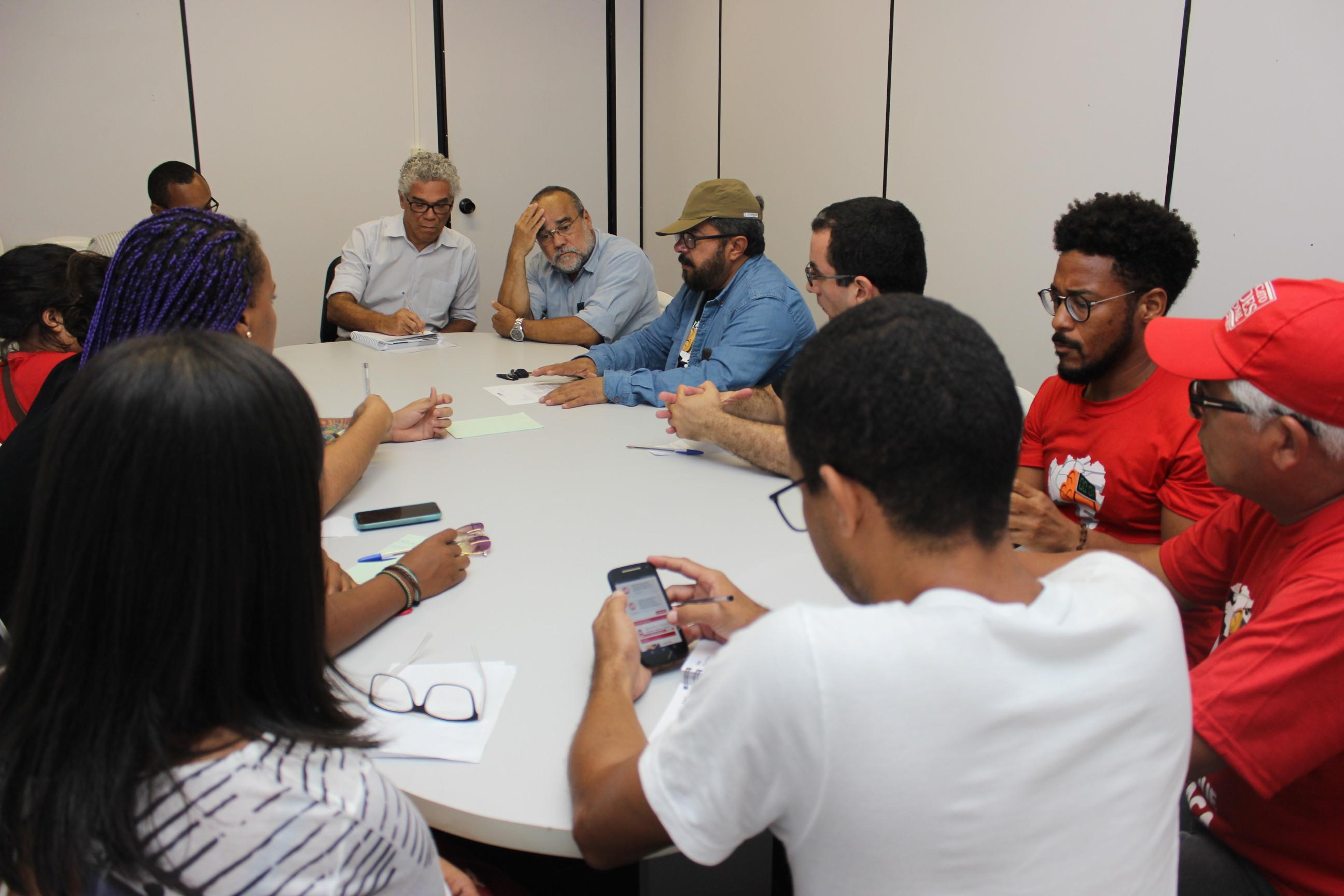 """Governo devolve processos da """"Operação DE"""" e reitoria posterga participação da Adusb em reuniões"""