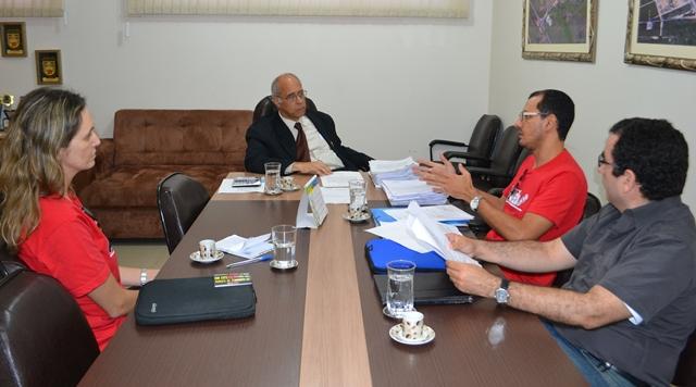 Adusb reivindica orçamento participativo e pagamento de direitos trabalhistas