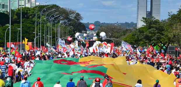 Mais de 150 mil pessoas ocuparam Brasília. Forte repressão policial foi registrada.